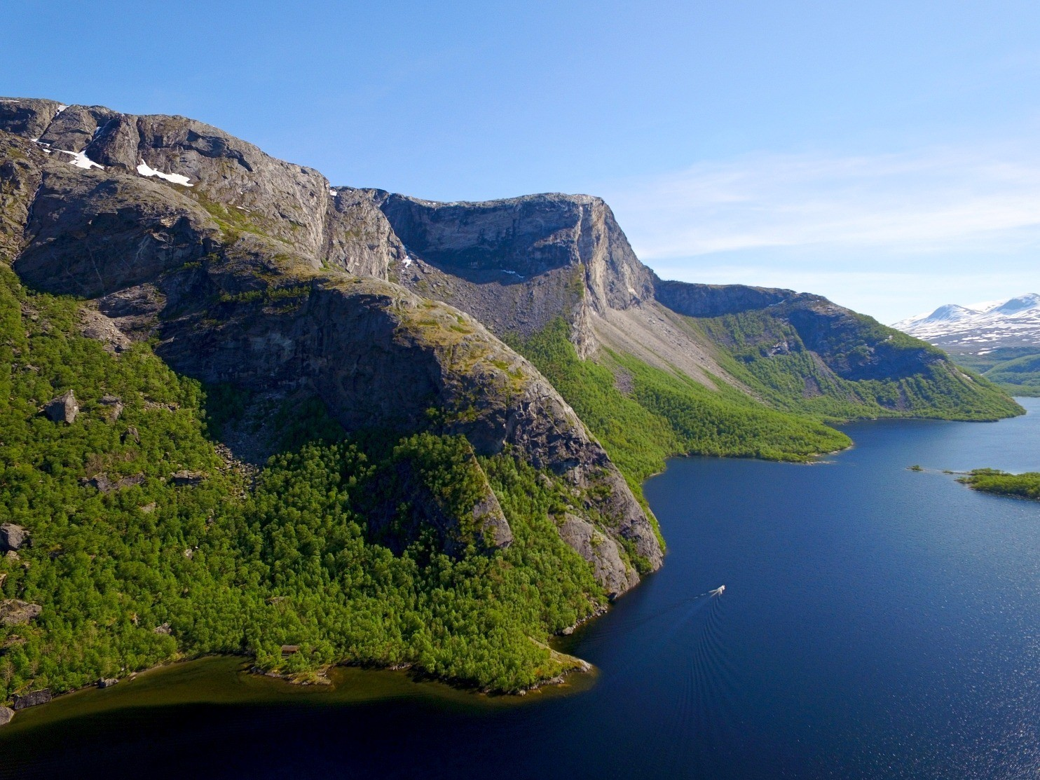 Dronefoto av Børvatnet i Bodø