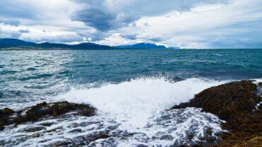 Bølger og skyer en høstdag