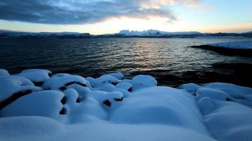 Bølger i vinter solnedgang