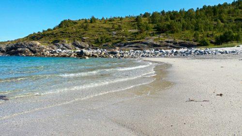 Bølger mot ei strand