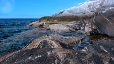 Bølger plasker mot land