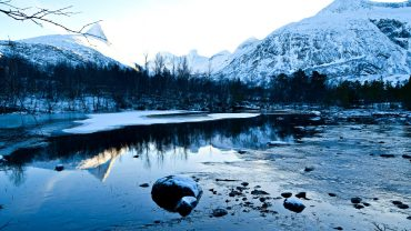 Elv i vinterlandskap