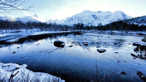 Elv og skog i vinterlandskap