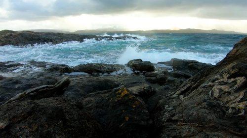 Lyden av bølger som slår mot land