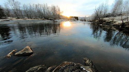 Solnedgang i vinterlandskap
