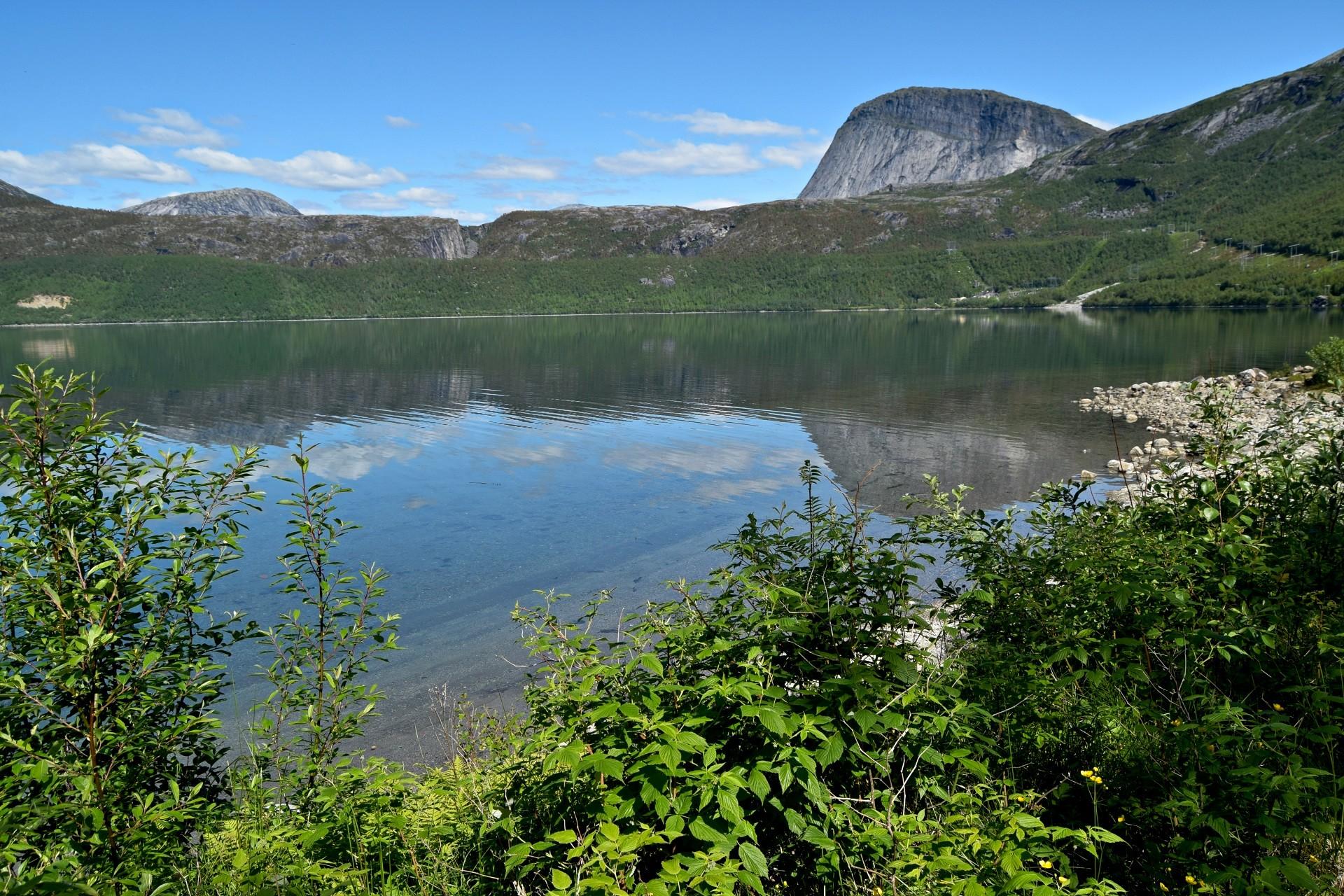 Straumvatnet og Sisotinden i Sørfold